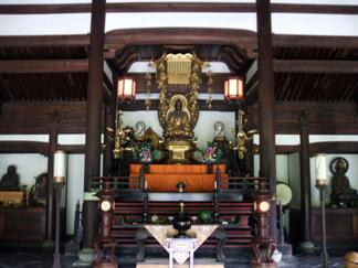 典型的な禅宗寺院の仏殿だ。 大体の禅宗寺院の仏殿の天井は正方形をしているが、ここは長方形をしてい